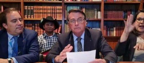 Bolsonaro faz live (Reprodução/YouTube)