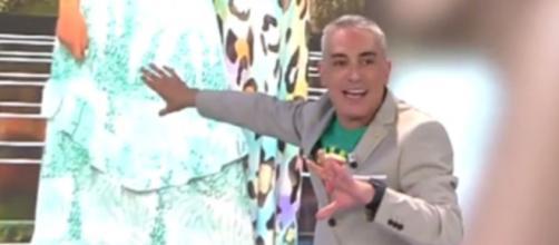 El colaborador Kiko Hernández se ríe del Photoshop mal hecho de Rocío Flores - (Telecinco)