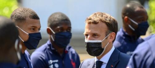 Les Bleus visités par le président de la République Emmanuel Macron - Source : capture d'écran, RMC Sport BFMTV