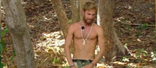 Tom Brusse modela nueva prenda en la gala 13 de 'Supervivientes'. (@mediaset)