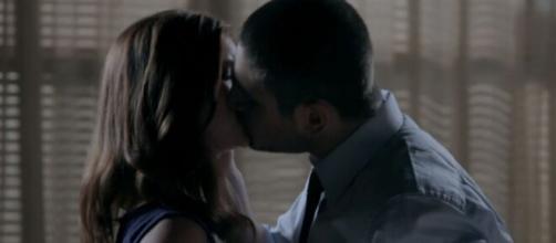 Isis e Lucas têm beijo romântico em 'Império'. (Reprodução/TV Globo)