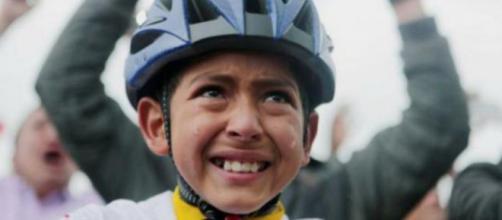 Julián Esteban conmocionó a todos con su emoción por la victoria de Egan Bernal en el Tour de Francia de 2019 - Twitter (@@farozciclismo1)