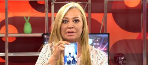 La imagen de Belén Esteban muestra a un enfermero agotado en medio de un turno (Telecinco)