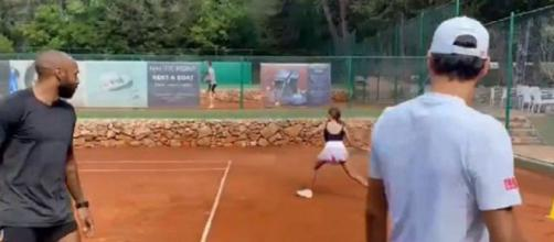 Thierry Henry tape la balle avec Roger Federer (Credit : capture Youtube)