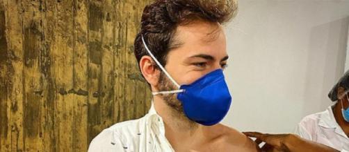 Thales Bretas divulga momento em que recebe vacina (Reprodução/Instagram/@thalesbretas)