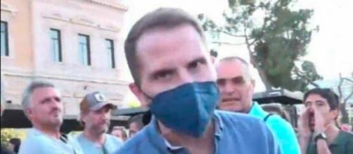 Antonio Campos tuvo que enfrentar la reacción de un negacionista que lo acusaba de no decir la verdad (Telemadrid)
