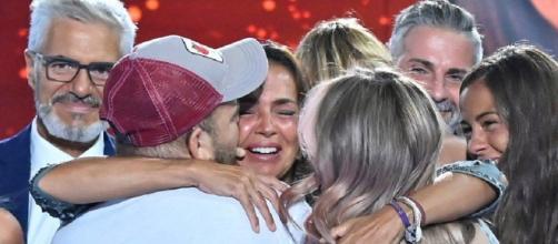 El emocionado abrazo de Olga con Rocío y David Flores durante su proclamación. (Telecinco)