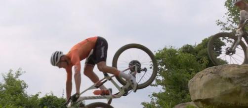 La caduta di Mathieu Van der Poel alle Olimpiadi di Tokyo 2020.