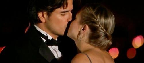 Otávio e Doris se beijam (Divulgação/Televisa)