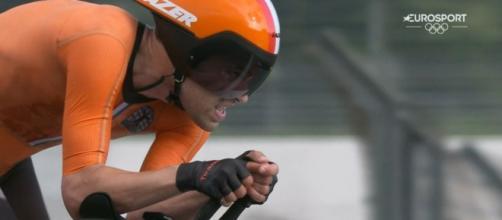 Tom Dumoulin impegnato nella cronometro delle Olimpiadi di Tokyo 2020