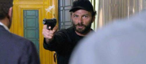 Un posto al sole, Pietro Abbate (Simon Grechi), minaccia Roberto (Riccardo Polizzy Carbonelli) e Filippo (Michelangelo Tommaso).