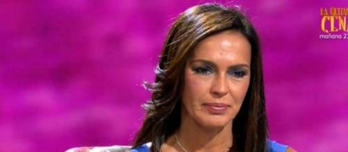 Olga Moreno se rompió en varios momentos durante el reportaje en directo en Telecinco. (Telecinco)