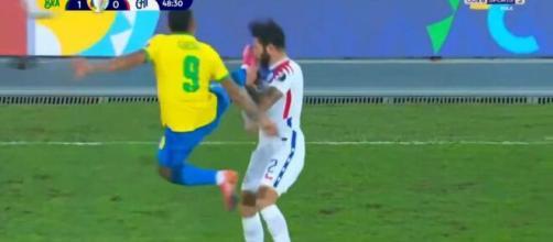 L'attaquant brésilien Gabriel Jesus a réalisé un geste dangereux lors du match opposant sa sélection au Chili - Source : capture, Youtube