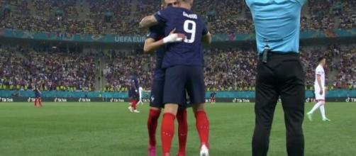 L'accolade entre Olivier Giroud et Karim Benzema - Source : capture d'écran, Twitter @FootMercato