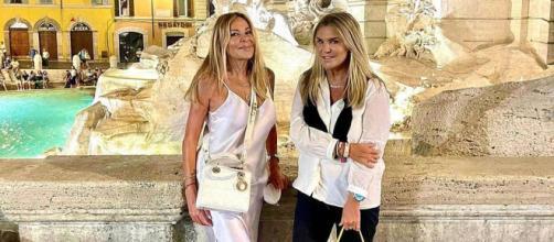 Ana Obregón junto a su amiga Susana Uribarri en la Fontana di Trevi. (Instagram @ana_obregon_oficial)