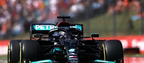 Lewis Hamilton in pole position in Ungheria.