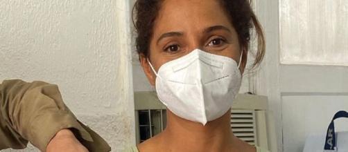 Camila Pitanga recebe vacina contra a Covid-19 (Reprodução/Instagram/@caiapitanga)