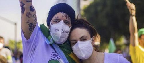 Tico Santa Cruz a esposa compareceram às manifestações (Reprodução/Instagram)