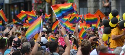 Una parte della parata del Gay pride. Foto di naeim a da Pixabay.