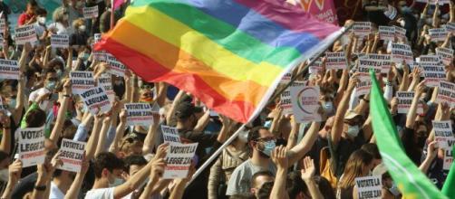 Manifestanti in piazza a favore del Ddl Zan, il disegno di legge contro l'omotransfobia.