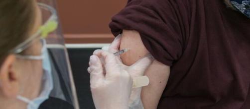 Un paciente joven recibiendo la inyección de la vacunación frente al coronavirus (fuente: unsplash - Steven Cornfield)