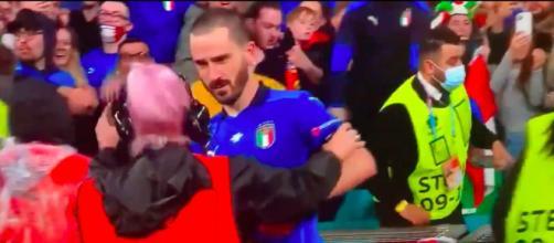 une steward prend Bonucci pour un fan et ne veut pas qu'il revienne sur la pelouse - Source : photo capture d'écran vidéo Twitter