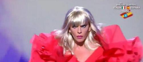 Anabel Pantoja en 'Sálvame' interpretando a Raffaella Carrà (Fuente: captura de pantalla durante la emisión del programa)