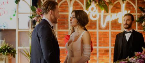 Love is in the air, anticipazioni: Serkan ferma il finto matrimonio di Eda e Deniz.