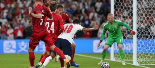 Sterling y el penal del que siempre se hablará, fue lo que le dio el pase a Inglaterra (@SC_ESPN)