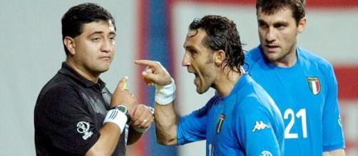 Byron Moreno festeggia per l'Italia in finale agli Europei contro l'Inghilterra.