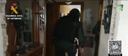 La Guardia Civil acudió a la vivienda donde tenían secuestrado a la víctima y detuvo a tres personas. (Fuente: Twitter @guardiacivil)