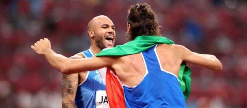 Olimpiadi di Tokyo: Tamberi abbraccia Jacobs dopo la conclusione della finale dei 100 metri.