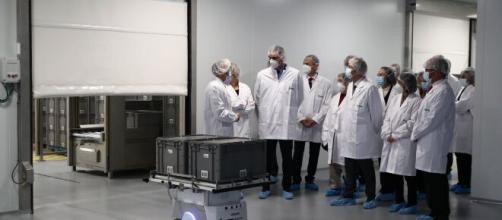 El presidente del Gobierno, Pedro Sánchez, en las instalaciones de la farmacéutica HIPRA en Amer, Gerona. (Fuente: Facebook/La Moncloa)