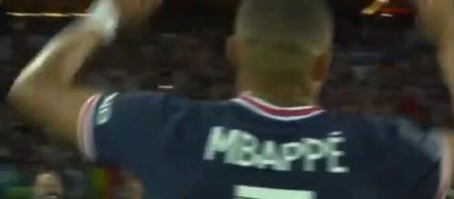 La belle communion entre Kylian Mbappé et les supporters du PSG (Source : capture Canal+)