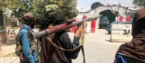 Guard´kia talibán en el interior de Kabul (@AlbertS39374282)