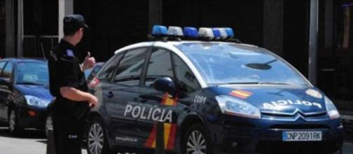 La policía llegó tras recibir una llamada de alerta de los vecinos al ver a los niños (Telecinco)