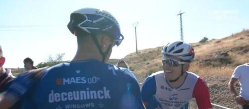 I complimenti di Arnaud Demare al vincitore Fabio Jakobsen.
