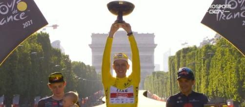 Tadej Pogacar, vincitore per la seconda volta del Tour de France