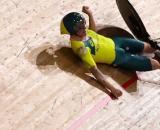 La caduta di Alex Porter durante l'inseguimento a squadre.