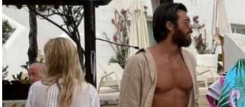 Can Yaman con una donna bionda di spalle in Sardegna: non sarebbe Diletta Leotta (Foto).