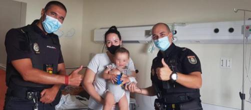 Los policías, la madre y el bebé salvado en el hospital Infanta Sofía. (Twitter Policía Nacional)