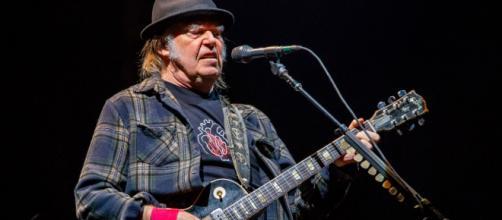 Neil Young annulla il Farm Aid per paura di nuovi contagi di Covid
