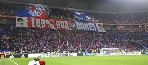 Une banderole des ultras lyonnais posent un ultimatum aux joueurs (Source : capture Youtube)