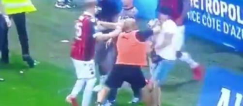 Un membre du staff de l'OM met un coup de poing à un supporter niçois (Source : capture Youtube)