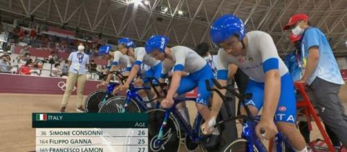 Filippo Ganna con i compagni dell'inseguimento a squadre alle Olimpiadi di Tokyo 2020.