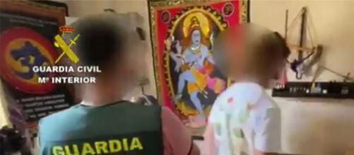 La Guardia Civil detiene a un matrimonio que hacía rituales con escamas de sapo bufo en Alicante. (Guardia Civil))
