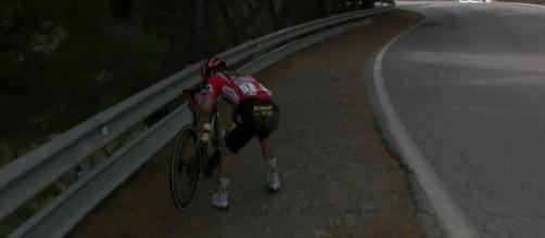 Primoz Roglic riparte dopo la caduta nella decima tappa della Vuelta ESpana