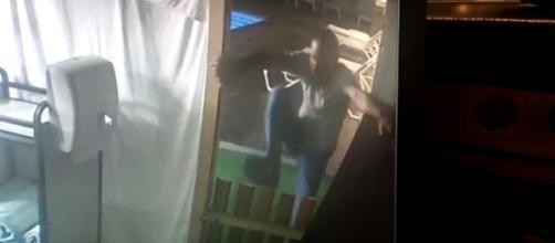 El momento en que el padre del niño salta la cerca para huir del hotel. (Captura cámara de seguridad)
