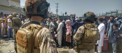 Caos y desesperación en el aeropuerto Hamid Karzai, tras atentado terrorista (@EMADmde)