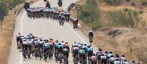 Il gruppo spezzato dal vento nella tredicesima tappa della Vuelta Espana.